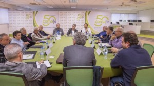 El encuentro contó con la moderación de Juan Manuel Fernández, de C de Comunicación, en el centro, de espaldas.